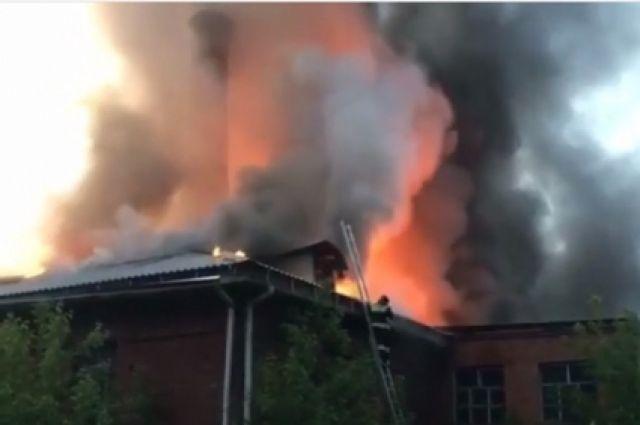 Казарма загорелась на территории бывшего авиационного училища в Иркутске.