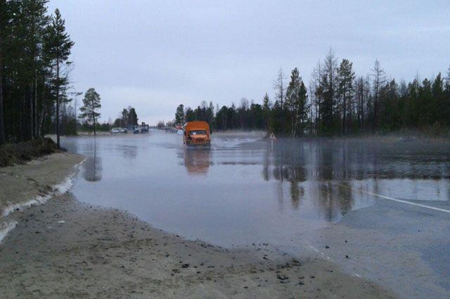 За ночь вода на затопленном участке дороге в Надыме снизилась незначительно.