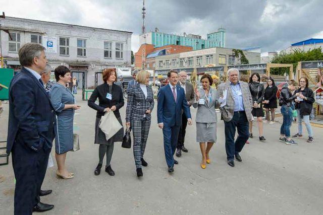 Губернатор отметил, что представленные на форуме работы как замыслы хотелось бы реализовать, в первую очередь, в Воронеже.