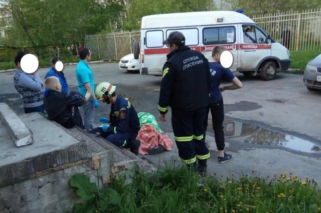 Первыми на место ЧП приехали спасатели.