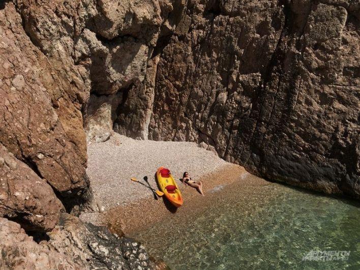 Уединенный пляж в районе Балаклавы (попасть можно только с моря).