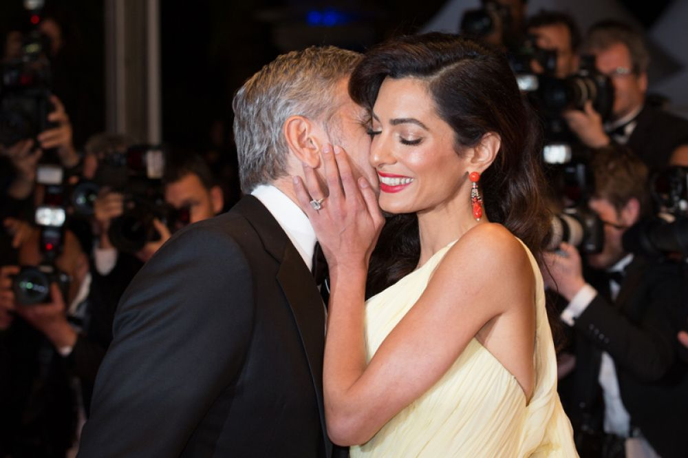 В американских СМИ появилась информация, что чета Клуни была удивлена и слегка напугана новостью о двойне, ведь они хотели одного ребёнка. Однако узнав, что 38-летняя Амаль ждёт мальчика и девочку, пара обрадовалась, решив, что они «сорвали семейный джекпот».