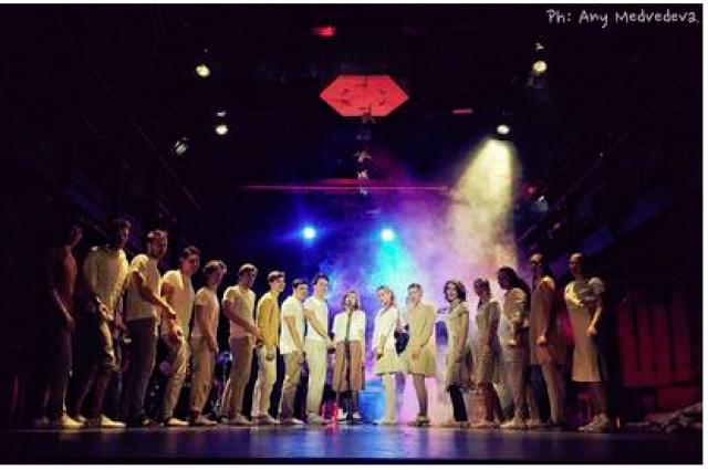 Программу фестиваля  составляют спектакли  3-го и 4-го курсов Школы-студии МХАТ.