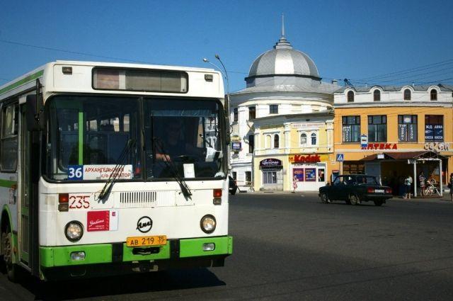 ВВологде изрейсового автобуса находу выпала пассажирка