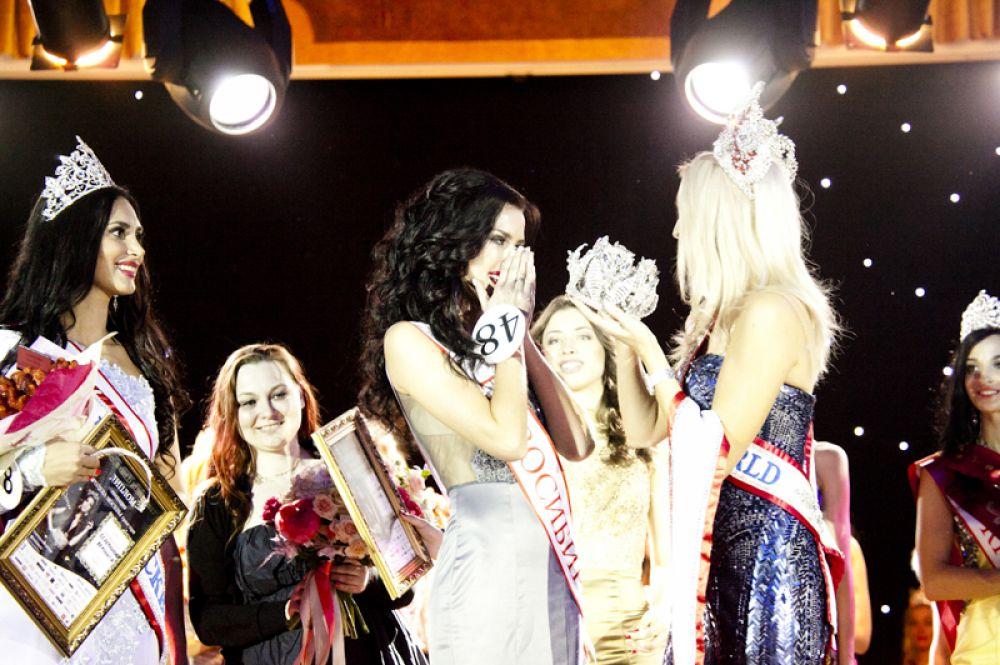 Награждение главной номинацией «Миссис России Мира» и специальной короной ручной работы.