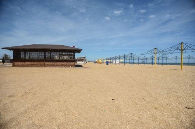Пляж Керчи. По мнению Главы Крыма, городской пляж Керчи является образцовым, однако находящаяся рядом прибрежная зона – ярким примером бесхозяйственности.