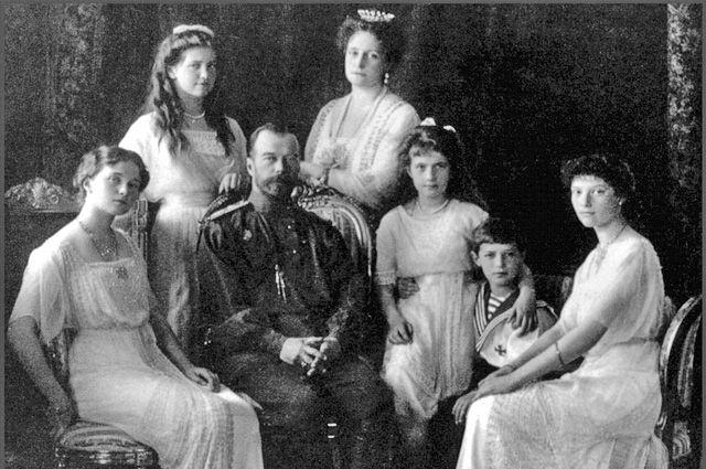 Николай II c семьёй.