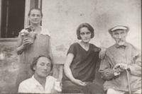 Инна (в центре) уговорила Александра (слева внизу) сдать билеты, чем и спасла ему жизнь.