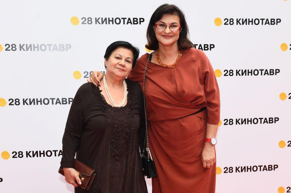 Директор программ фестиваля «Кинотавр» Ситора Алиева (справа) с мамой.