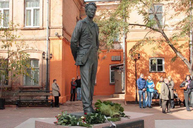 Памятник Юрию Ножикову в Иркутске.