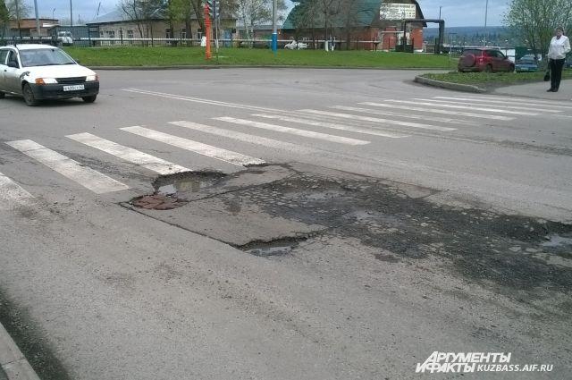 Ямочный ремонт жители города начали задолго до властей. Глядишь, так весь город замостят.