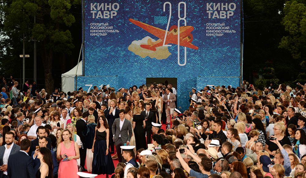 Посетители на торжественной церемонии открытия 28-го Открытого российского кинофестиваля «Кинотавр» в Сочи.