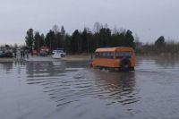 На подтопленном участке дороге в Надыме снова поднялся уровень воды.