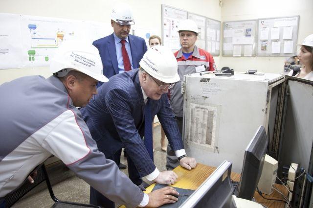 Во время визита Виктор Толоконский оценил работу датчика непрерывного экологического мониторинга.