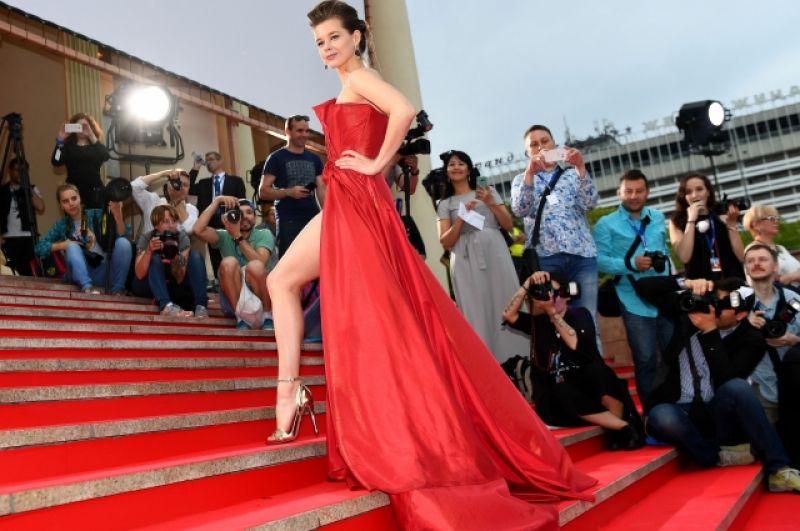 На прошлом кинофестивале в наряде со смелым разрезом появилась Паулина Андреева, на этот раз - Екатерина Шпица.