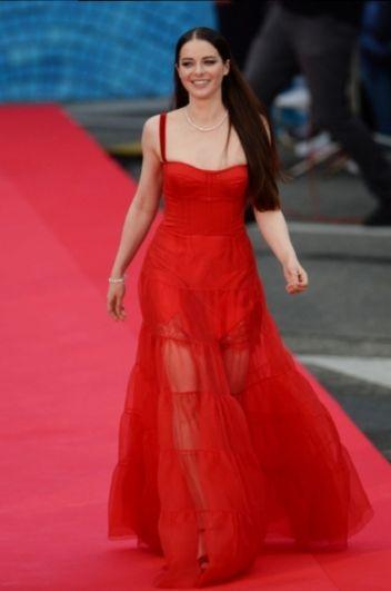 Марина Александрова носит длинные вечерние платья с особым достоинством - сказывается работа над сериалом о жизни императрицы Екатерины Великой.