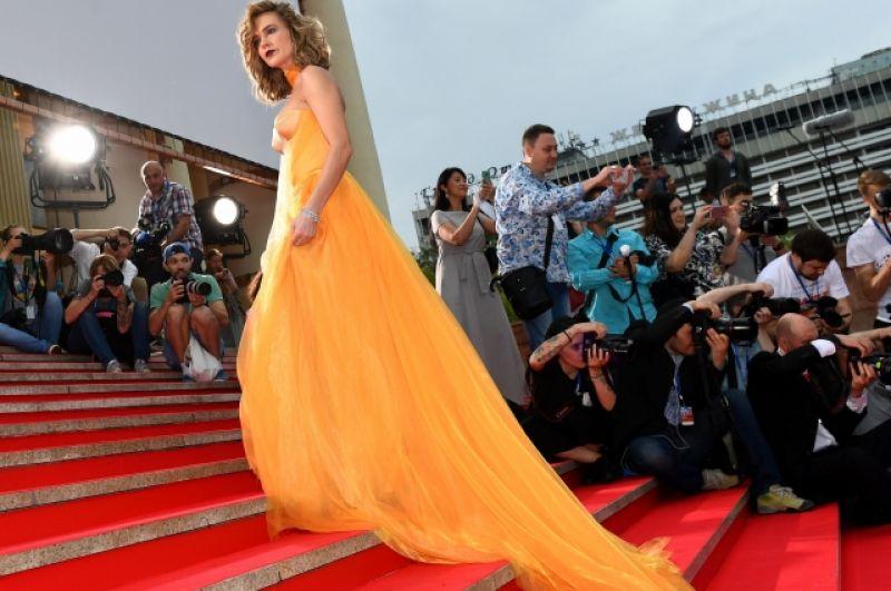Наталья Ионова (Глюкоза) в насыщенном желтом.