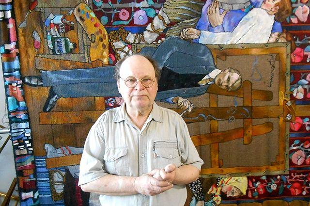 Анатолий Егоров с гобеленом, над которым работал 10 лет.