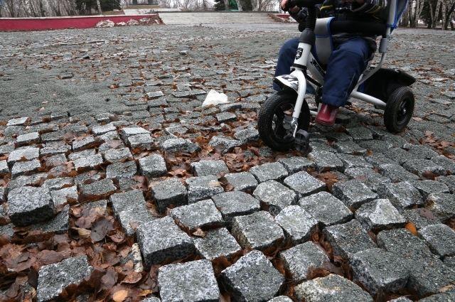 Вот в таком плачевном состоянии пребывает территория около памятников героям войны в Челябинске.