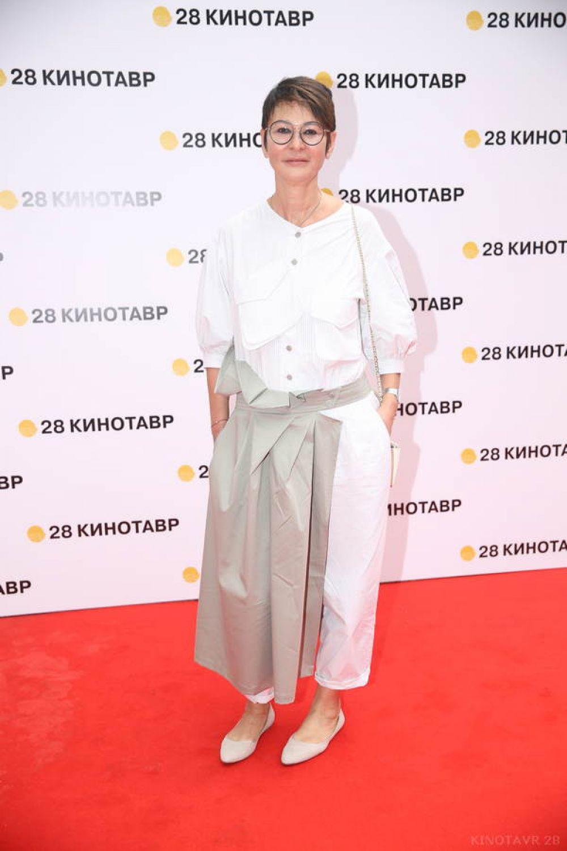 Ирина Хакамада традиционно приезжает на «Кинотавр» и всегда поражает зрителей нестандартностью своего образа.