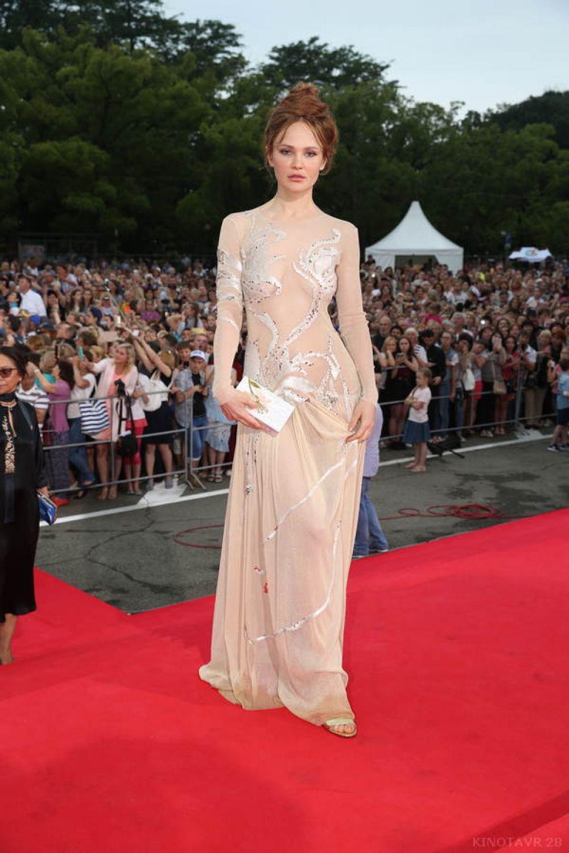 На «Кинотавре» не обошлось без «голых» платьев. Дарья Чаруша.