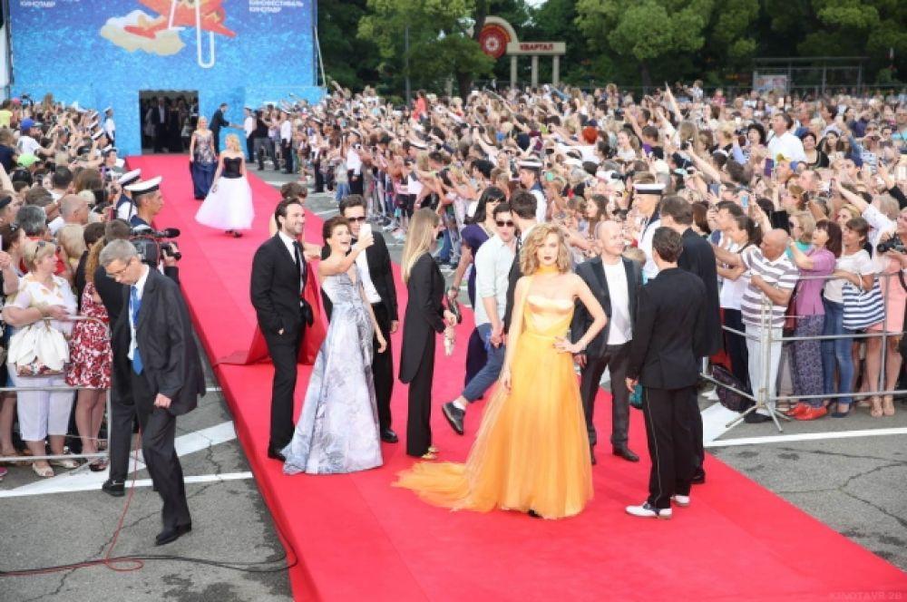От звезд «рябит в глазах». На одном снимке и Евгений Стычкин, и Глюкоза, а Агния Кузнецова делает селфи с мужем и Петром Федоровым.