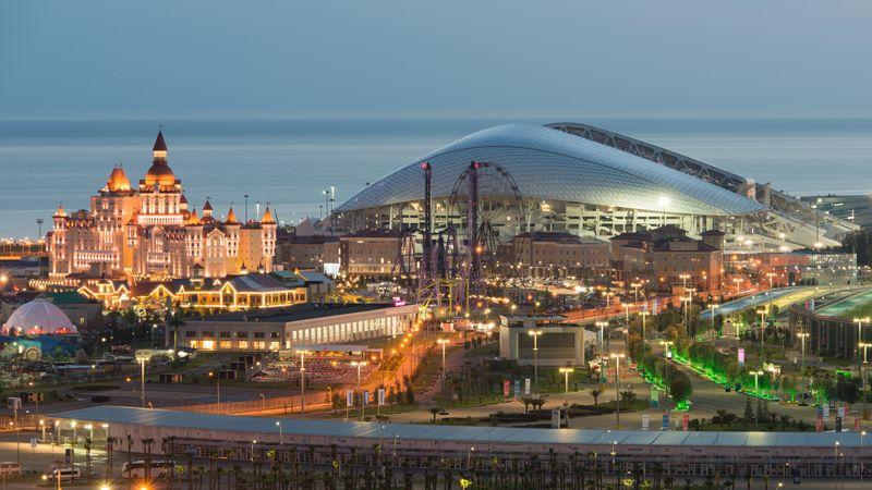 Стадион «Фишт» и парк аттракционов «Сочи-парк» в Сочи.