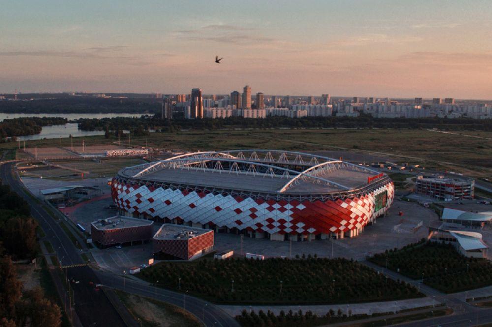 Стадионы в Москве и Казани были открыты за несколько лет до турнира и неоднократно принимали футбольные матчи. На фото: домашний стадион футбольного клуба «Спартак», который открылся в 2014 году матчем между «Спартаком» и «Црвеной Звездой».