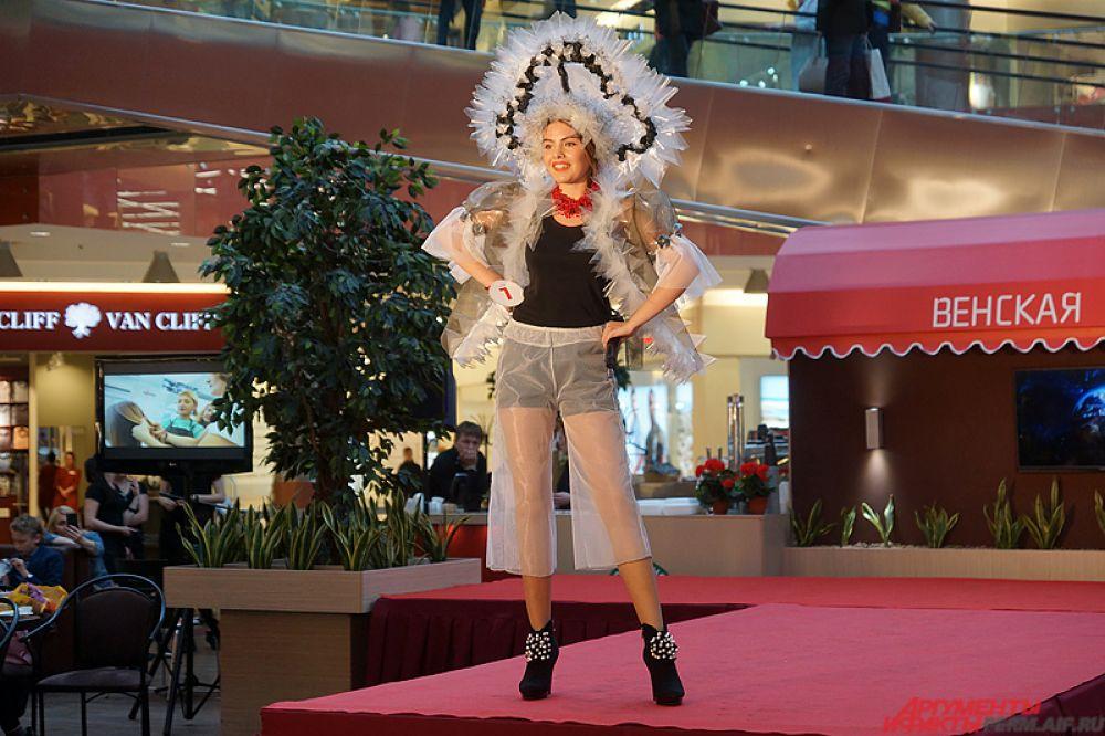 Так, Каролина Мамедова вышла на сцену в русском кокошнике из полиэтилена.