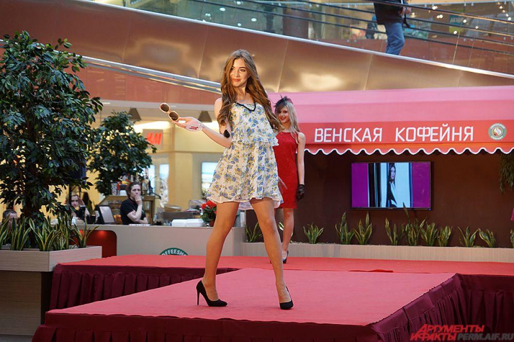 Модели прошлись по сцене в одежде из разных временных стилей.