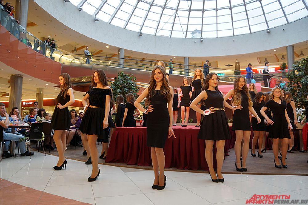 Затем, переодевшись в чёрные платья, красавицы исполнили общий танец.