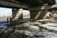 Ребенок ушел под лед в 20 метрах от моста.