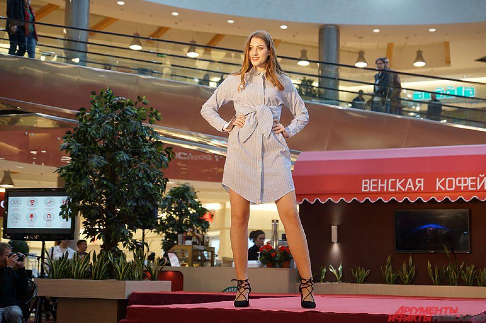 Первый конкурс – «визитка». Все девушки продефилировали по красной ковровой дорожке в летних нарядах от спонсоров.