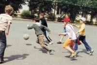 Дети находят себе компанию и убегают, потому что среди сверстников им намного легче.