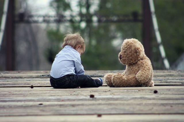 Трехлетний мальчик отправился на улицу гулять один.