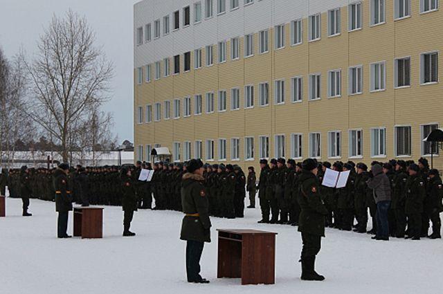 Военнослужащие принимают присягу.