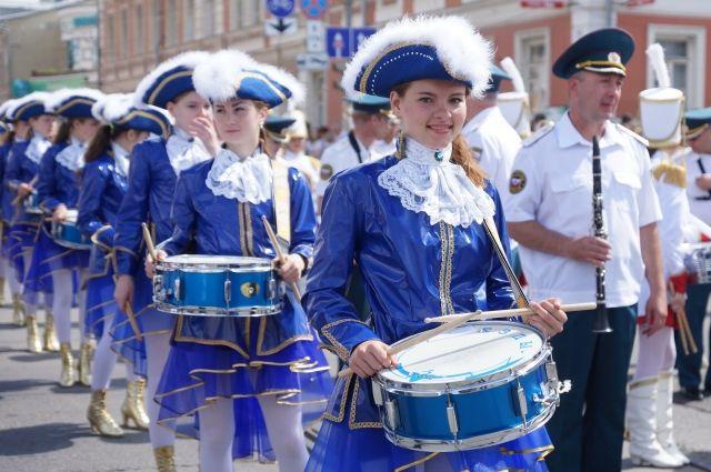 По улицам города пройдет карнавально-театрализованное шествие.