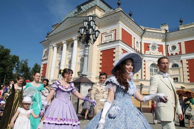 «Танцы у драмтеатра» в Иркутске.