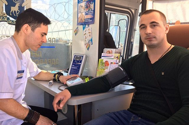 В Надыме перед вылетом пассажиры проверили свое здоровье.