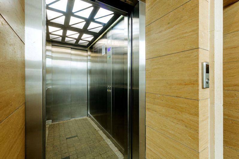 В домах установлены высокоскоростные лифты: грузовой и пассажирский.