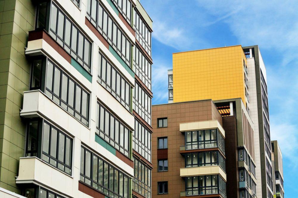 Новые дома получили яркие фасады.