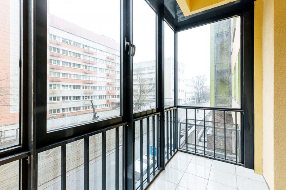 Балконы оборудованы стеклопакетами, а на полу уложена керамическая плитка.