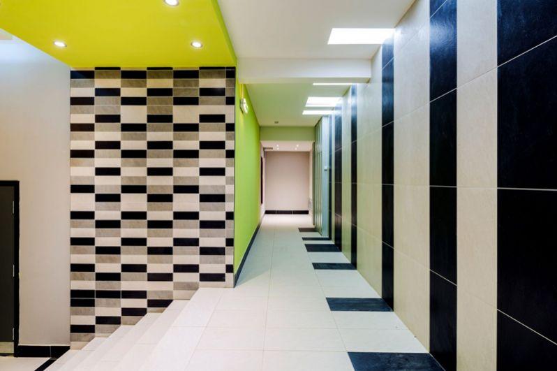 Керамическая плитка на полу подъезда обеспечивает чистоту.