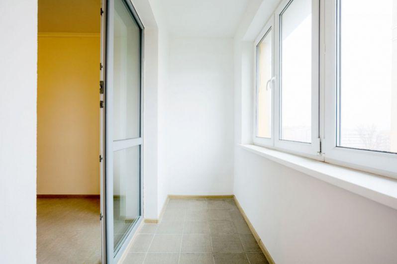 В комнатах установлены пластиковые окна, защищающие от шума и пыли.