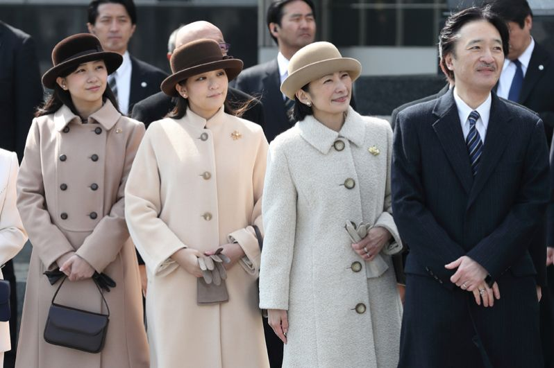 Принц и принцесса Акисино имеют двух дочерей и одного сына. На фото (слева направо): младшая дочь, принцесса Како, и старшая дочь, принцесса Мако, с родителями.