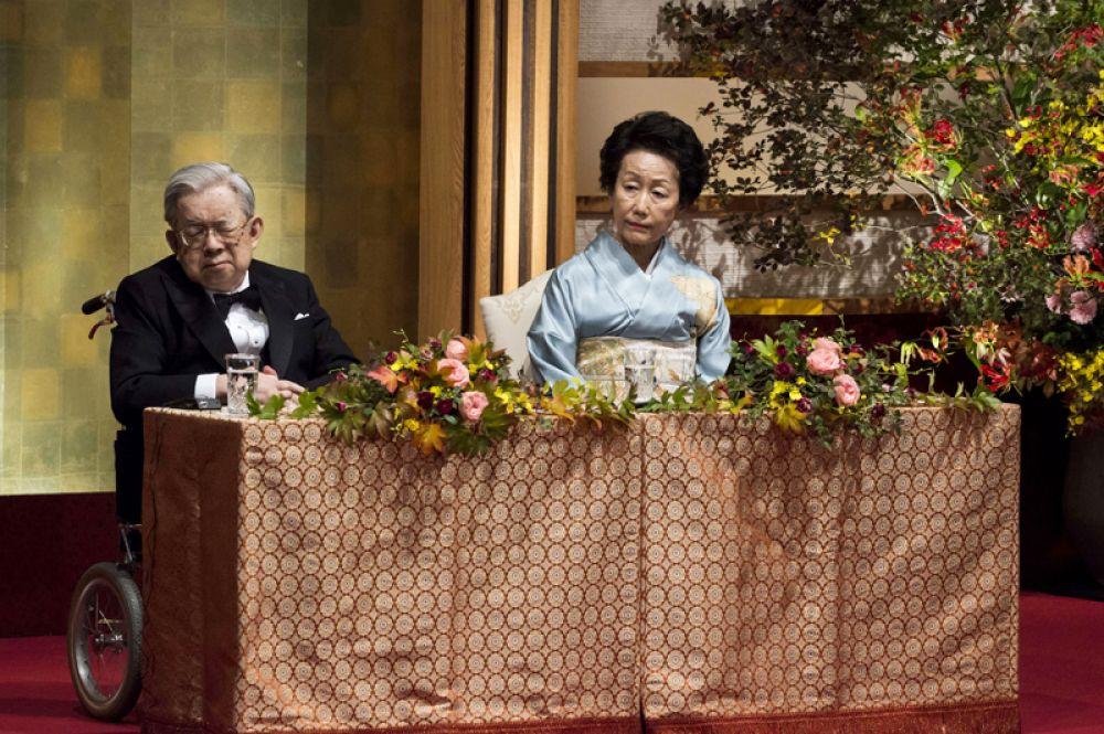 У Акихито есть брат — Масахито, принц Хитахи. Он пятый ребенок в семье императора Хирохито. Женат на Хитати Ханако, детей у пары нет. Остальные пять дочерей Хирохито потеряли знатный титул после замужества.