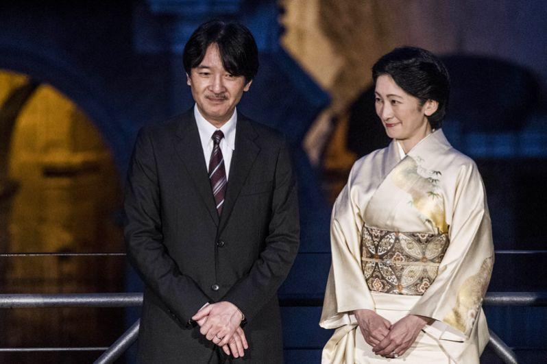 Принц Акисино (Фумихито), младший сын императора Акихито и императрицы Митико, является вторым в линии наследования Хризантемового Трона. Женат на Кико Кавасиме, дочери профессора экономики в университете Гакусюин.