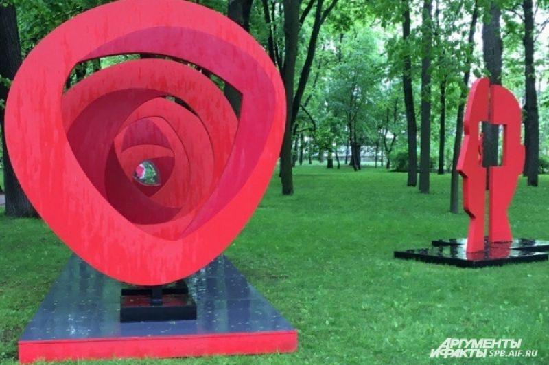 На фестивале можно увидеть пространственные композиции, аудиоинсталляции и даже парфюмерные портреты