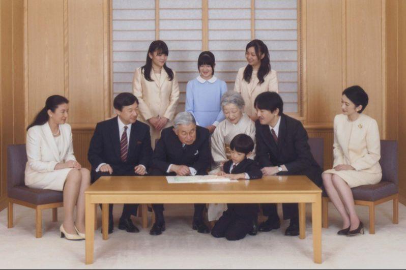 Самый младший на данный момент член императорской семьи, принц Хисахито, является прямым претендентом на трон и в конечном счёте наследует его, если дядя Хисахито, наследный принц Нарухито, не произведёт на свет наследника мужского пола, или если законы о порядке наследования не изменятся.