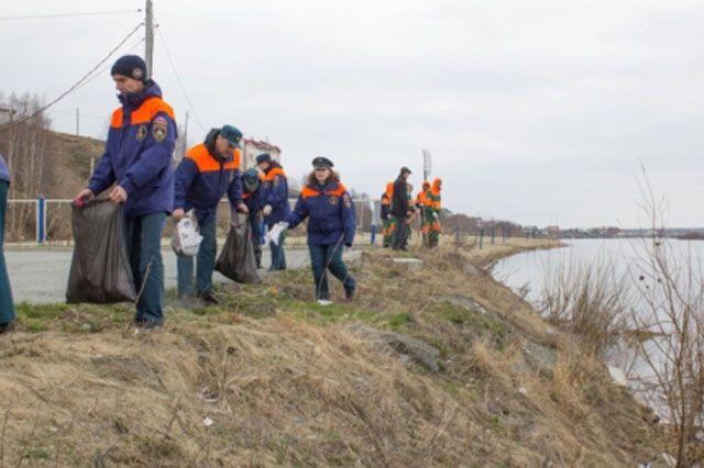 Салехардцы очистили берег реки, загаженный отдыхающими.